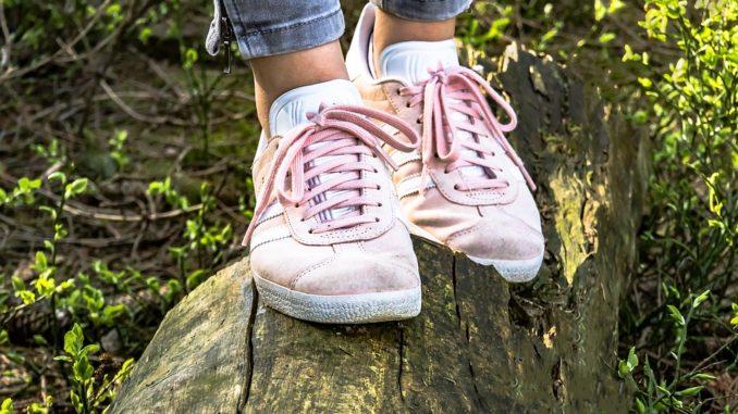 Jak vyčistit gumové lemy na teniskách a jak i jejich špičce vrátit živost?