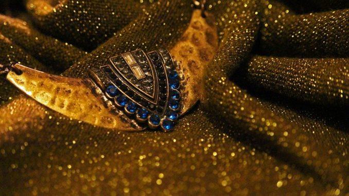 Zlatá barva se nosí. Jak ji nosit?